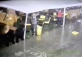 Bei Sturm die Plane festhalten - Gratis Flugstunden