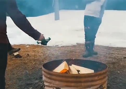 Feuer mit Drohne anheizen