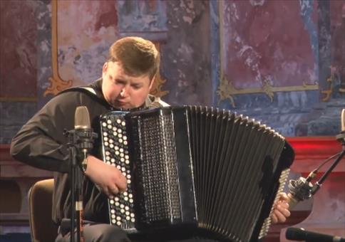 Alexandr Hrustevich ist der Meister auf dem Akkordeon