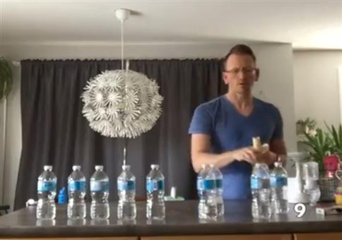 Lehrer verbietet seiner Klasse Bottle-Flips und trollt mit Video
