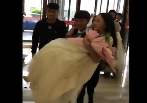Die Braut über die Schwelle tragen