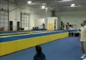 Unglaubliche gymnastische Leistung - Der Backflip Mann