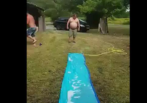 Dickbauch auf der Wasserrutschbahn