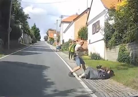 Hund greift Frau an, Mann verjagt Hund