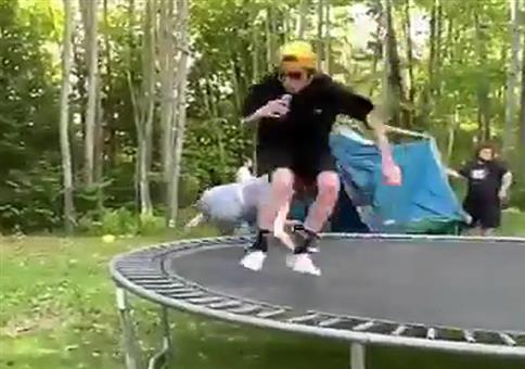 Er sprengt mal eben das Trampolin