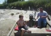 Gemütliche Bootsfahrt durch einen Fluß voller Karpfen