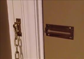 Super sicheres Vorhängeschloss an einer Hoteltür