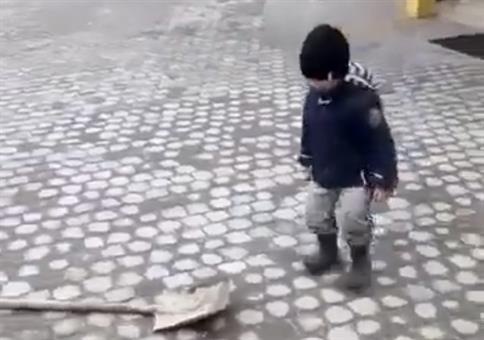 Junge hat Spaß mit Schaufel