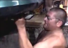 Russischer Mechaniker kontrolliert Auspuff