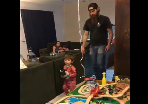 Das Kind und der Milchbecher Walk
