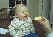 Babys essen saure Sachen