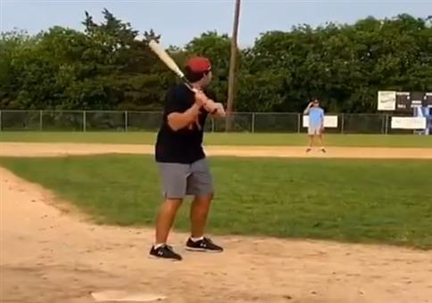 Netter Wurf des Baseballschlägers