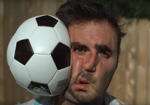 Fußball VS Gesicht in Superzeitlupe