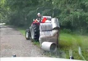 Steve unterwegs mit seinem Traktor... und seiner Couch