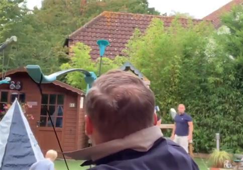 Männer und ein Saugnapfpfeil