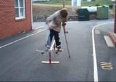 Skateboard auf Krücken