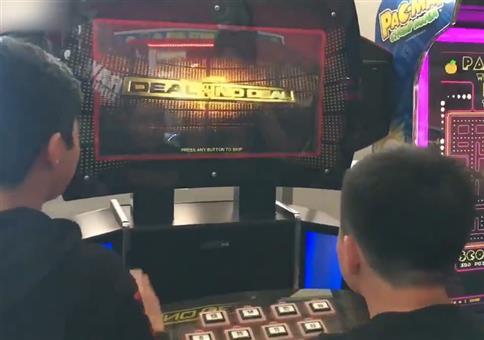 Jungs bescheißen am Spieleautomaten