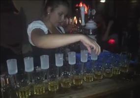 Heidi serviert Shots in ihrer Bar