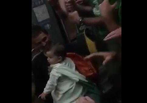 Irische Fußballfans singen Schlaflied für Kleinkind in Ubahn