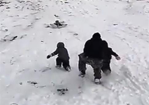 Übervater rettet seine beiden Kids