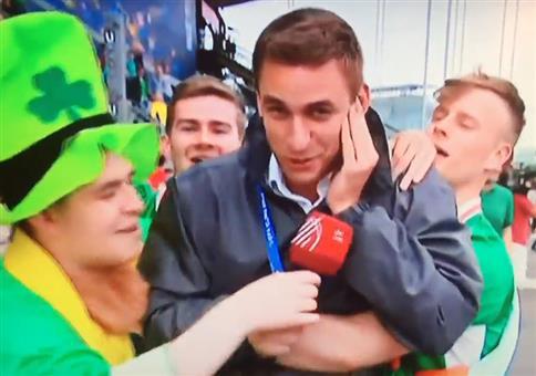 Irische Fußballfans und der ungarische Reporter