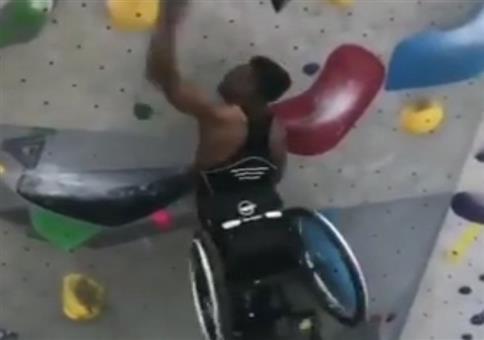 Im Rollstuhl die Wand hochklettern
