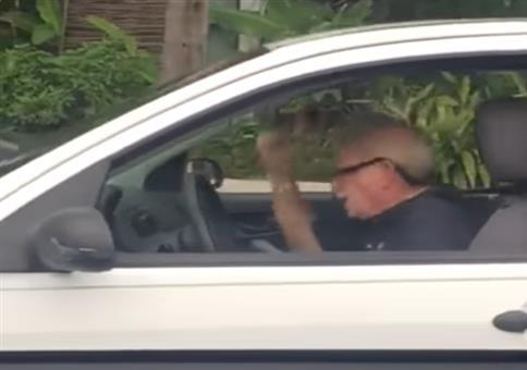 Heavy Metal Opa im Auto unterwegs