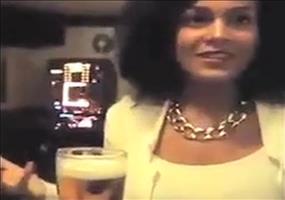 Freihändig ein Glas Bier exen