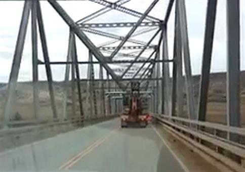 LKW ist ein Stück zu hoch für diese Brücke