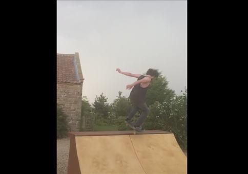 Thor und sein Skateboard