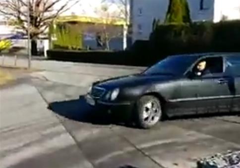 Da kommt der Mercedes Poser um die Ecke