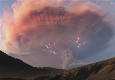 Gewittersturm über einem Vulkan