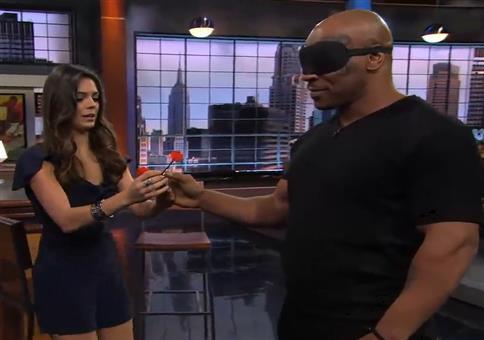 Mike Tyson wirft blind Dartpfeile