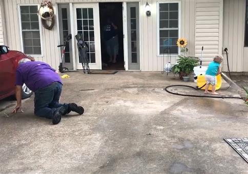 Kind mit Wasserschlauch besitzt die Macht