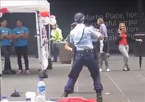 Polizistin tanzt mit Opa