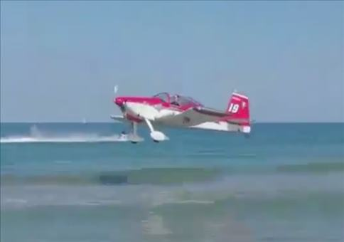 Tolle Wasserlandung am Strand