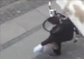 Betrunken sein Fahrrad tragen