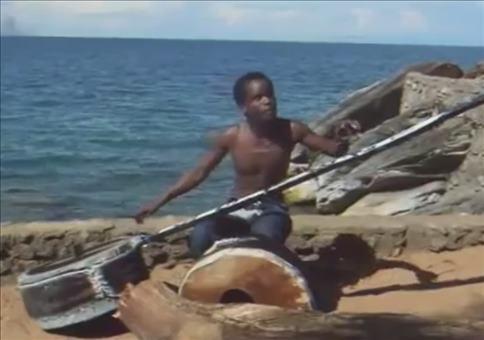 Afrikanische Einmannband am Strand
