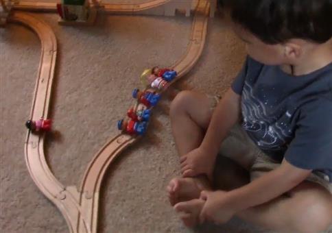 Kleiner Junge und das Zugdilemma