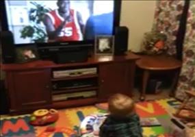 Dikembe Mutombo bringt kleines Kind zum lachen