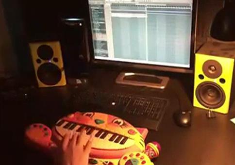 DJ am Katzenkeyboard