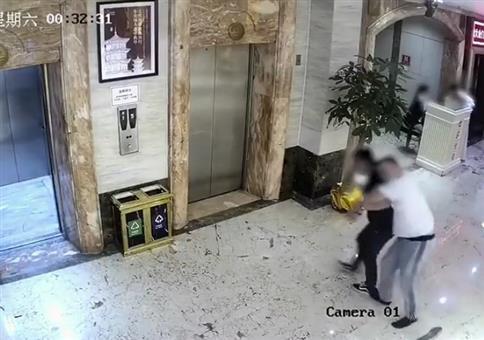 Besoffen in den Fahrstuhl steigen