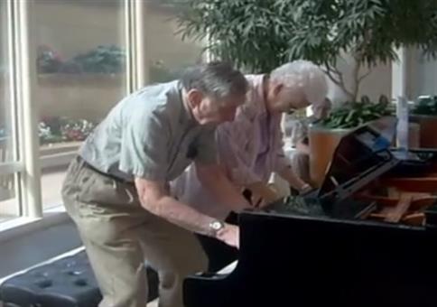 Oma und Opa am Klavier