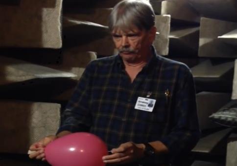 Einen Ballon in einem schalltoten Raum platzen lassen
