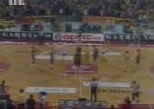 Basketballspiel eingehüllt in Klopapier