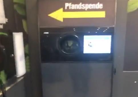 Abstand halten am Pfandautomat