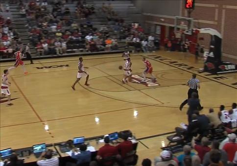 Beim Basketball auf die Schultern gesprungen