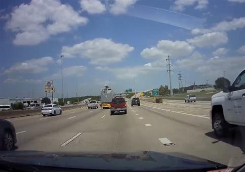 LKW vs zu niedrige Autobahnbrücke