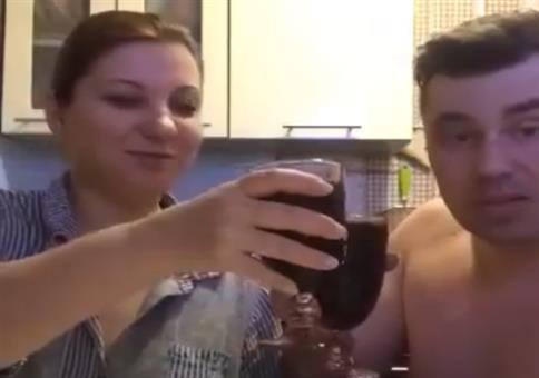 Paar spielt Schere Stein Papier