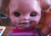 Einer Puppe den Arm verdrehen